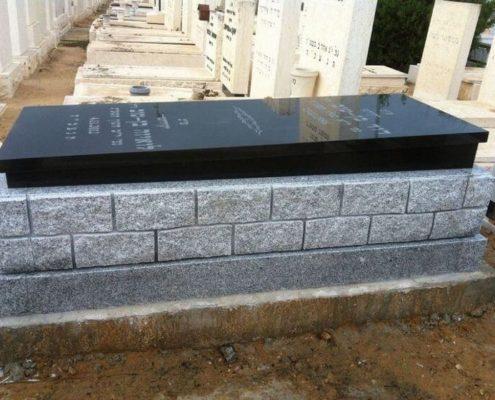 מבה הבנויה משילוב אבן חברון ושיש גרניט שחורה על ידי שגב מצבות