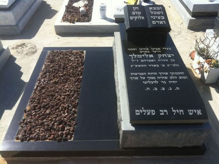 מצבות בצפון לזוגות שנפטרו מגרניט שחורה