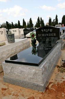 דוגמא למצבה בחיפה מסוג אבן חברון ושיש גרניט שחור עם כיתוב לבן להנצחת הנפטר