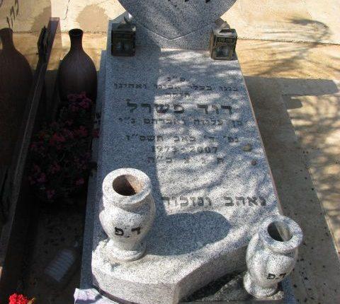 מצבת אבן מעוצבת למראה מיוחד עם כד בצד המצבה בצבע לבן של שגב מצבות במחירים שווים לכל כיס