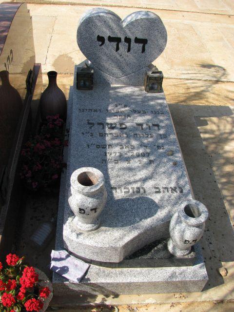 מצבת אבן מעוצבת למראה מיוחד עם כד בצד המצבה בצבע לבן של שגב מצבות