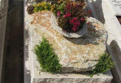 קישוט של צמחייה ופרחים על מצבה בצפון